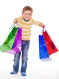 Kleiner Junge mit Paketen Lizenzfreies Stockfoto