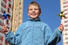 Kleiner Junge mit Pinwheels in seinen Händen Stockfotografie