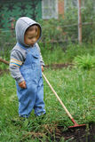 Kleiner Junge mit Rührstange Stockbild