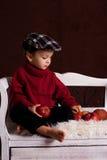 Kleiner Junge mit roten Äpfeln Stockfoto