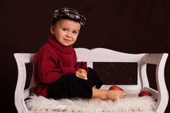 Kleiner Junge mit roten Äpfeln Stockbild