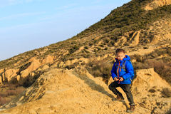 Kleiner Junge mit Rucksackreise in den Bergen stockfotografie