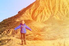 Kleiner Junge mit Rucksackreise in den szenischen Bergen Lizenzfreie Stockfotografie