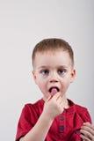 Kleiner Junge mit Süßigkeit Stockfotografie