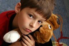 Kleiner Junge mit seinem Freund Lizenzfreies Stockfoto