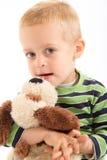 Kleiner Junge mit seinem Plüschwelpen Lizenzfreie Stockfotos