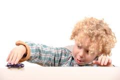 Kleiner Junge mit Spielzeugauto Lizenzfreie Stockfotografie