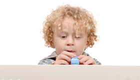 Kleiner Junge mit Spielzeugauto Stockfotos