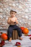 Kleiner Junge mit Telefon Stockfoto