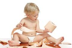Kleiner Junge mit Toilettenpapier Stockfotos