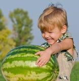 Kleiner Junge mit Wassermelone Lizenzfreie Stockfotos