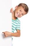Kleiner Junge mit weißem Leerzeichen Lizenzfreie Stockfotografie
