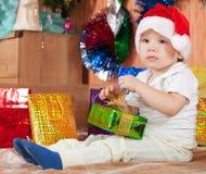 Kleiner Junge mit Weihnachtsgeschenk Lizenzfreies Stockfoto