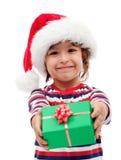 Kleiner Junge mit Weihnachtsgeschenk Stockbild