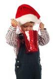 Kleiner Junge mit wenigem Weihnachtsgeschenkbeutel Stockfoto