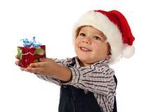 Kleiner Junge mit wenigem Weihnachtsgeschenkkasten Lizenzfreie Stockfotos