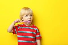 Kleiner Junge mit Zahnbürste stockfotografie