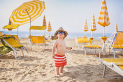 Kleiner Junge morgens auf dem Strand Stockfotografie