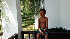 Kleiner Junge nackt Stockbild