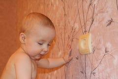 Kleiner Junge nahe Wand Lizenzfreies Stockfoto
