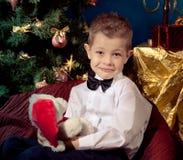 Kleiner Junge nahe Weihnachtsbaum stockfotos