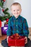 Kleiner Junge nahe Weihnachtsbaum Lizenzfreie Stockfotografie