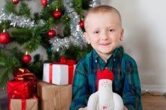 Kleiner Junge nahe Weihnachtsbaum Lizenzfreies Stockfoto