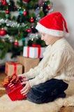 Kleiner Junge nahe Weihnachtsbaum mit Geschenken Lizenzfreie Stockfotografie