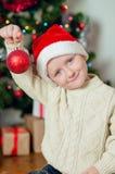 Kleiner Junge nahe Weihnachtsbaum mit Geschenken Lizenzfreies Stockbild