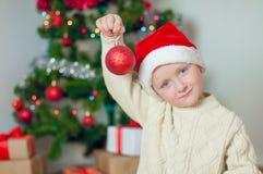 Kleiner Junge nahe Weihnachtsbaum mit Geschenken Lizenzfreie Stockbilder