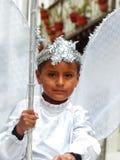 Kleiner Junge oben gekleidet für Parade als Engel Cuenca, Ecuador stockfotografie