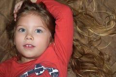 Kleiner Junge offen ihre Augen, betend und träumen im Schlafzimmer stockbilder