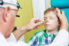 Kleiner Junge an Ohrnase thoat Doktor Lizenzfreies Stockbild