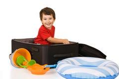 Kleiner Junge packt einen Koffer Lizenzfreies Stockbild