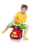 Kleiner Junge reitet sein Auto Lizenzfreies Stockbild