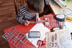 Kleiner Junge sammelt vorbildlichen Plastikbehälter Lizenzfreie Stockbilder