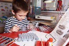 Kleiner Junge sammelt vorbildlichen Plastikbehälter Lizenzfreies Stockbild