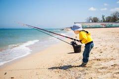 Kleiner Junge am Sandstrand stockbild