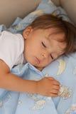 Kleiner Junge, schlafend am Nachmittag Lizenzfreies Stockfoto