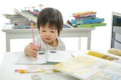 Kleiner Junge schreibt stockbilder