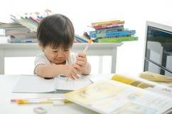Kleiner Junge schreibt lizenzfreies stockbild