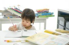 Kleiner Junge schreibt stockfotos