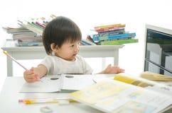 Kleiner Junge schreibt lizenzfreies stockfoto