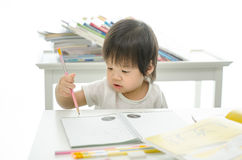 Kleiner Junge schreibt lizenzfreie stockfotografie