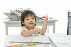 Kleiner Junge schreibt Stockfoto