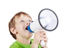 Kleiner Junge schreit etwas in Megaphon lizenzfreie stockbilder