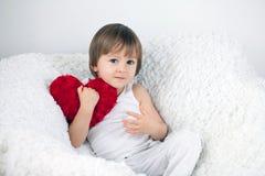 Kleiner Junge, sitzend in einem großen Stuhl Lizenzfreie Stockbilder