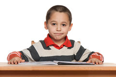 Kleiner Junge liest am Schreibtisch stockbilder