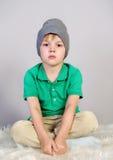 Kleiner Junge sitzt trauriges lizenzfreie stockfotografie