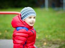 Kleiner Junge spielt auf Spielplatz Lizenzfreie Stockfotografie